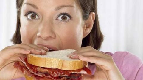 У женщин переедание вызывает нехватка гормона эстрогена