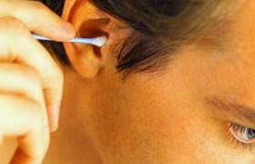 Исследователи рассказали о вреде чистки ушей ватными палочками