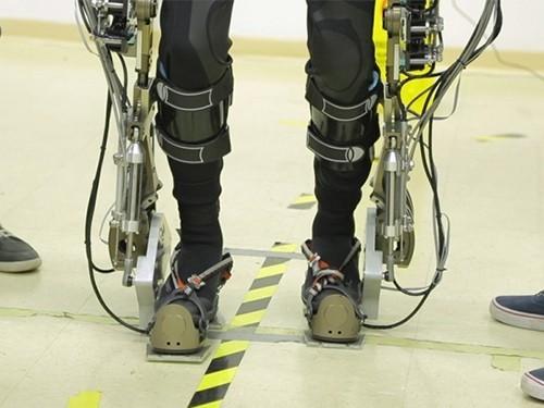 Мыслеуправляемый экзоскелет научил парализованных пациентов ходить самостоятельно