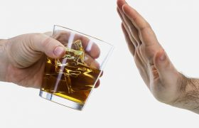 Половина офисных работников пьют из-за проблем на работе