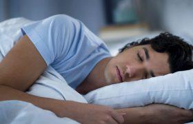Ученые: Сон на боку способствует очищению мозга от токсинов