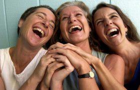 Смех уменьшает стресс и укрепляет отношения