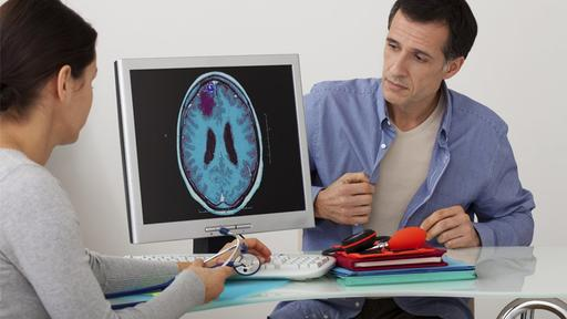 Медики рассказали, кому угрожает рак головного мозга