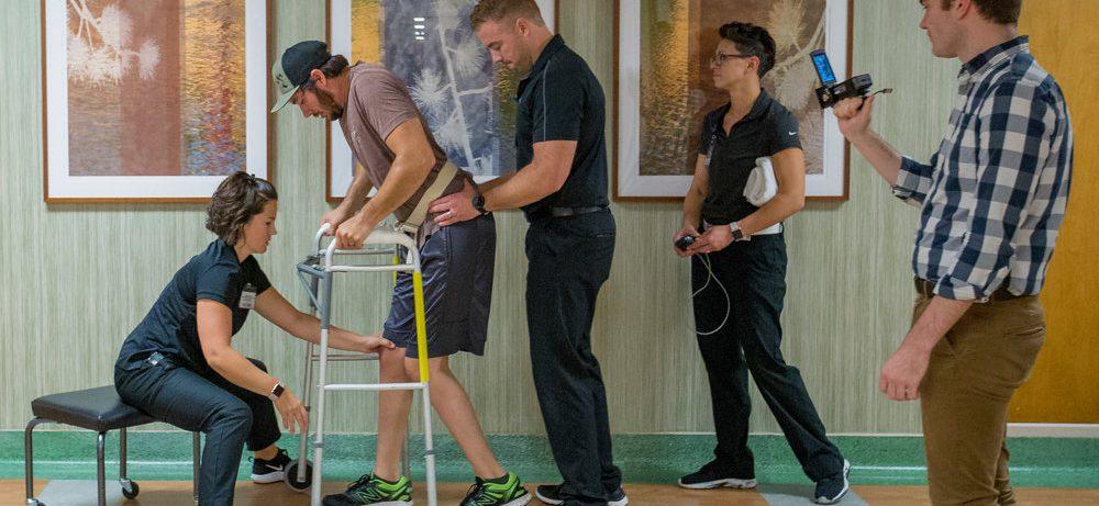 Человек с парализованными ногами начал ходить