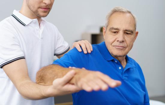 Болезнь Паркинсона: какой пищевой продукт переносит токсичный белок из кишечника в мозг?