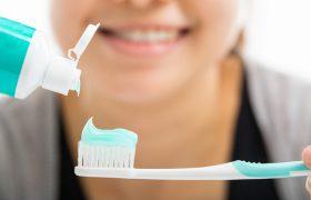 Ученые объяснили, как связаны чистка зубов и болезнь Альцгеймера
