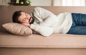 Послеродовая депрессия у пап: почему возникает и что делать