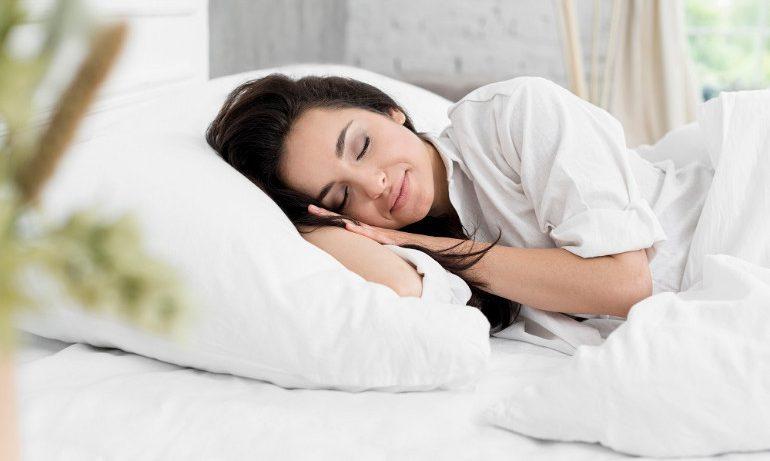 Почему женщинам нельзя спать с включенным телевизором