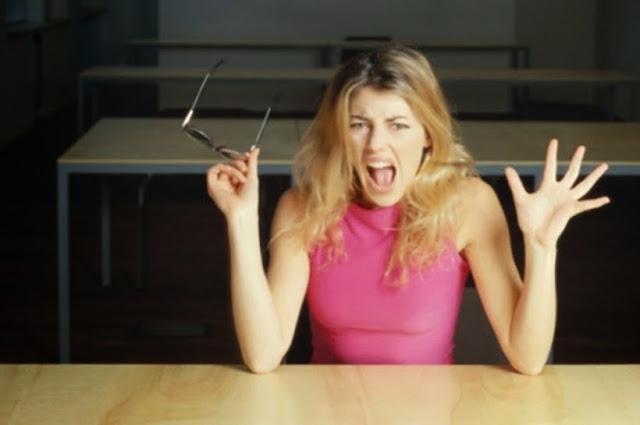 Лежите и ешьте, а лучше отрежьте клитор: как женщин веками от «истерии» лечили