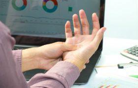 Почему немеют пальцы на руках, возможные причины и способы устранения