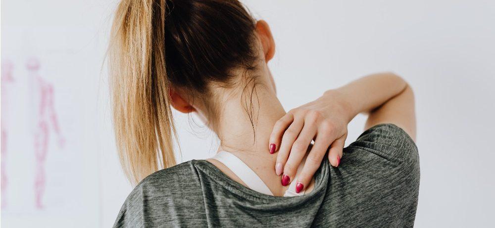 Вдовий горб: как избавиться от холки на шее